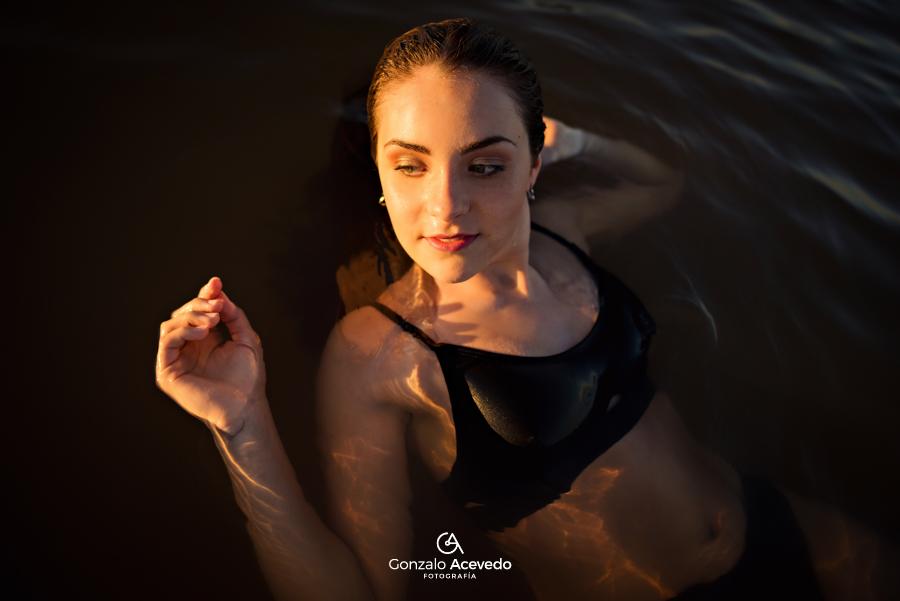 book de verano en la playa con bikini arena y agua Gonzalo Acevedo