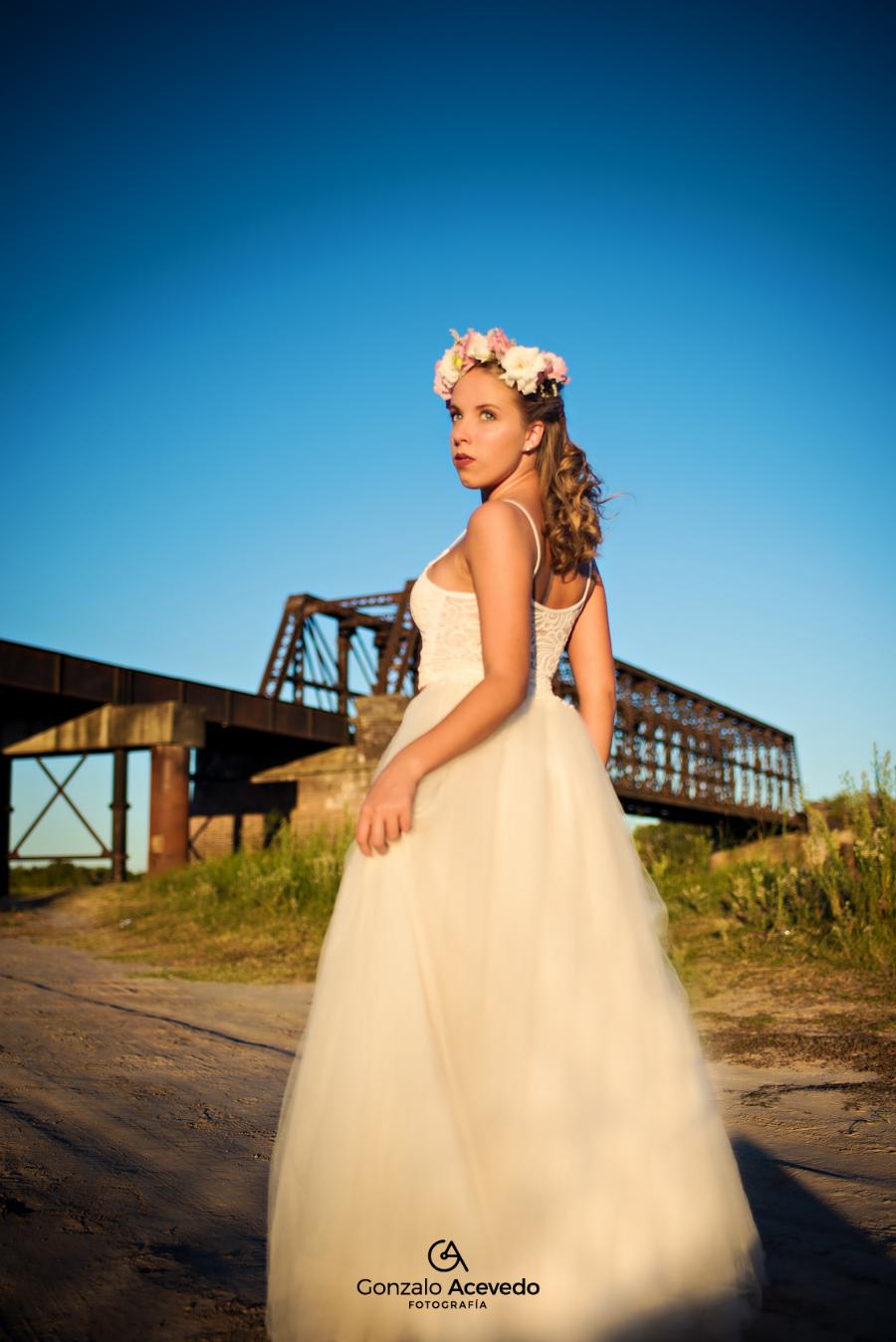 book romantico puente de las vias de campo con vestido y corona de flores Gonzalo Acevedo